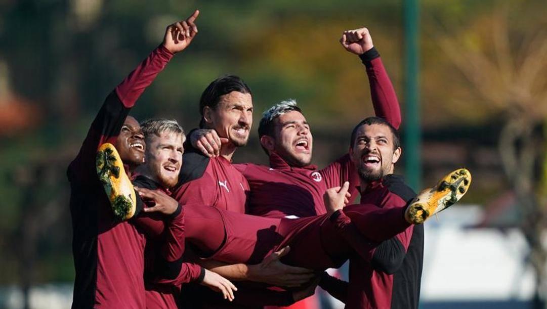 Momenti di distensione durante l'allenamento del Milan capolista. Lapresse